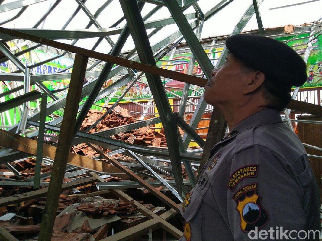 Atap 4 Ruang Kelas di SDN Palebon 01 Semarang Roboh