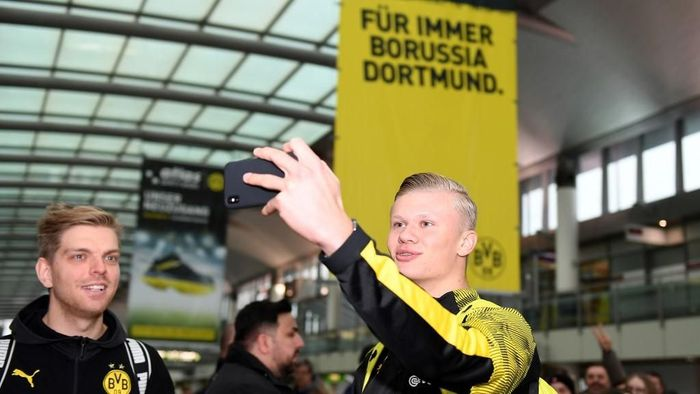 Erling Braut Haaland berswafoto sebelum terbang menuju latihan musim dingin Borussia Dortmund. (Foto: David Inderlied / dpa / AFP)