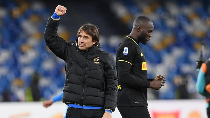 NAPLES, ITALY - JANUARY 06: Antonio Conte FC Internazionale coach and Romelu Lukaku of FC Internazionale celebrate the victory after the Serie A match between SSC Napoli and FC Internazionale at Stadio San Paolo on January 06, 2020 in Naples, Italy. (Photo by Francesco Pecoraro/Getty Images)