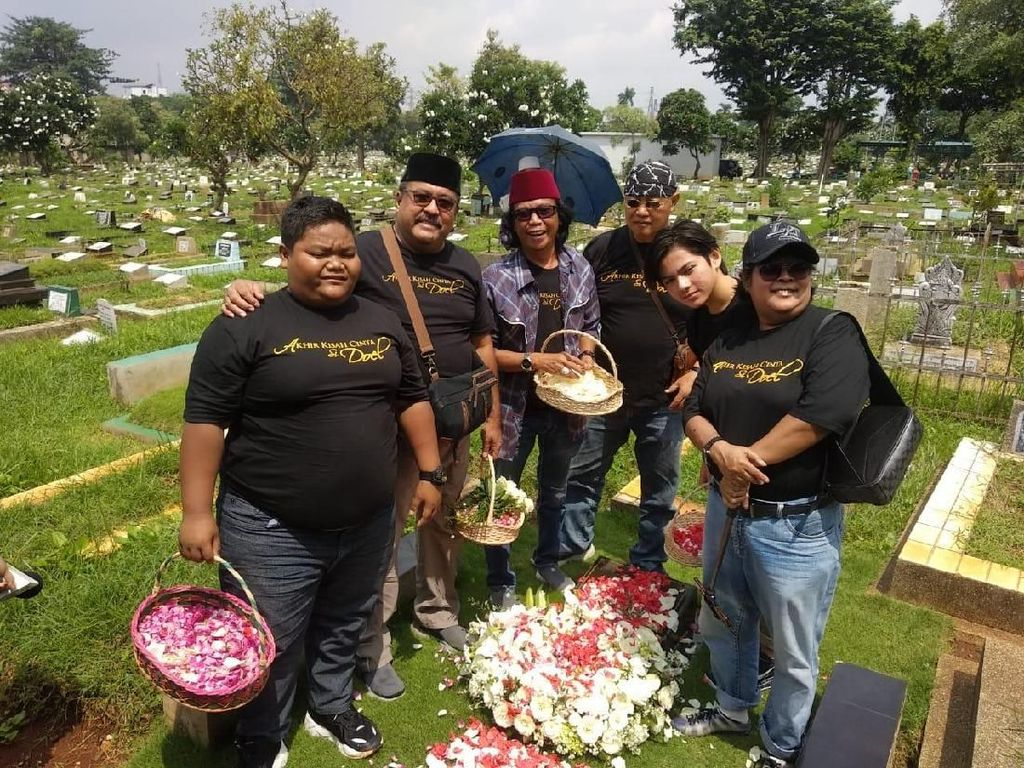 Rayakan 27 Tahun Si Doel, Para Pemain Ziarah ke Makam Benyamin