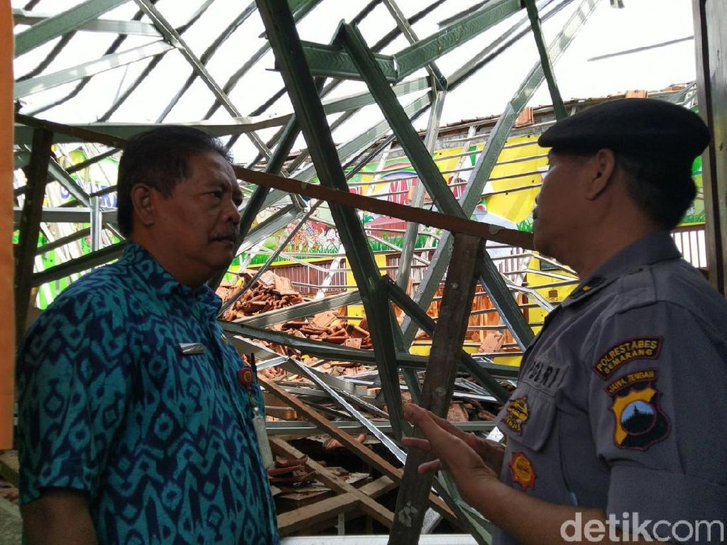 Atap SDN Palebon Semarang Roboh, Jam Belajar Mengajar Dialihkan