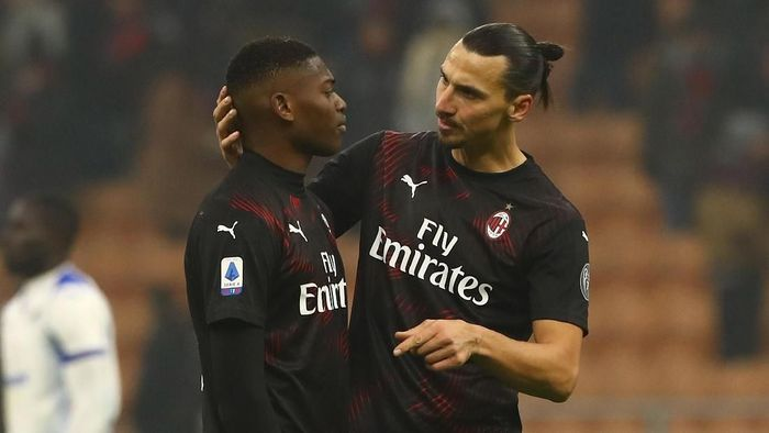MILAN, ITALY - JANUARY 06:  Zlatan Ibrahimovic (R) speaks to Rafael Leao (L) of AC Milan at the end of the Serie A match between AC Milan and UC Sampdoria at Stadio Giuseppe Meazza on January 6, 2020 in Milan, Italy.  (Photo by Marco Luzzani/Getty Images)
