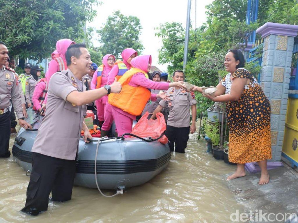 Banjir Kembali Rendam Benjeng Gresik, Polisi dan TNI Beri Bantuan