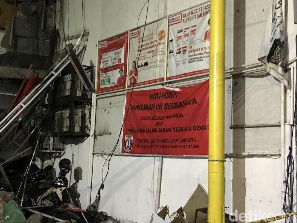 Berbahaya! Warga Diimbau Tak Mendekat ke Gedung Ambruk di Slipi