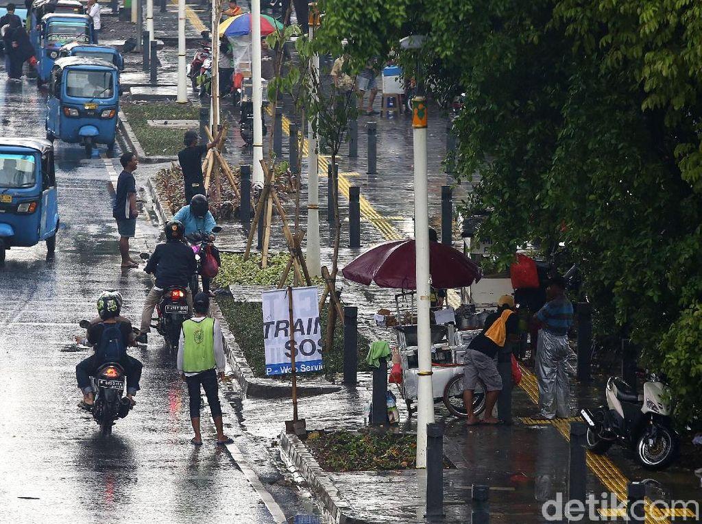 Ironi PKL yang Berjualan di Trotoar Kramat-Salemba