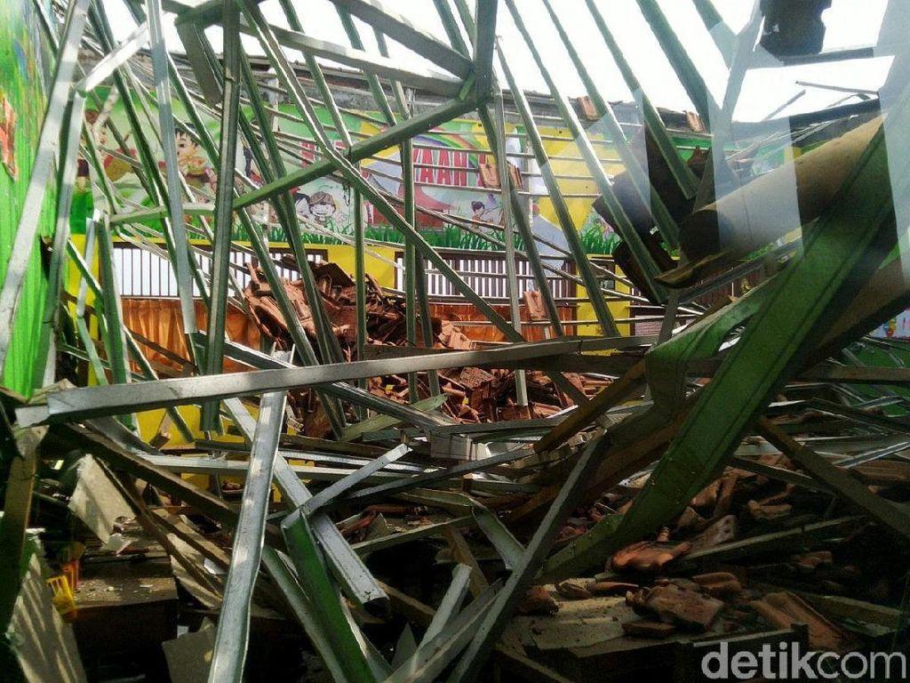 Atap SDN Palebon 01 Semarang yang Roboh Dibangun Tahun 2015
