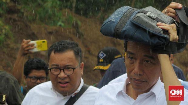 Jokowi Diguyur Hujan Deras saat Tinjau Longsor Sukajaya Bogor