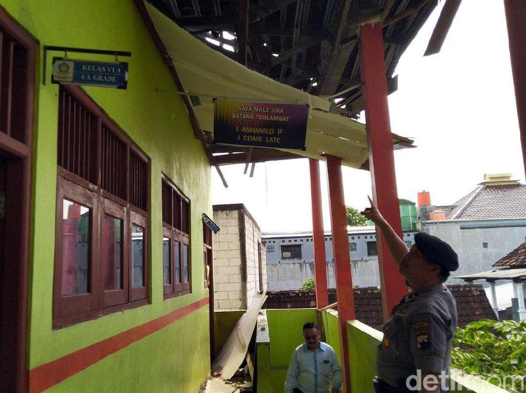 Cari Tahu Penyebab Atap Roboh, Polisi Olah TKP di SD Semarang