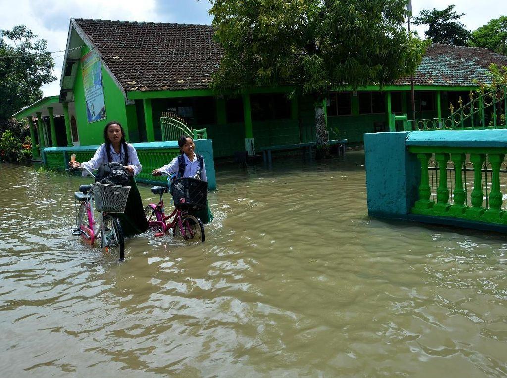 Siswa Pulang Lebih Awal Usai Banjir Rendam Sekolah di Jombang