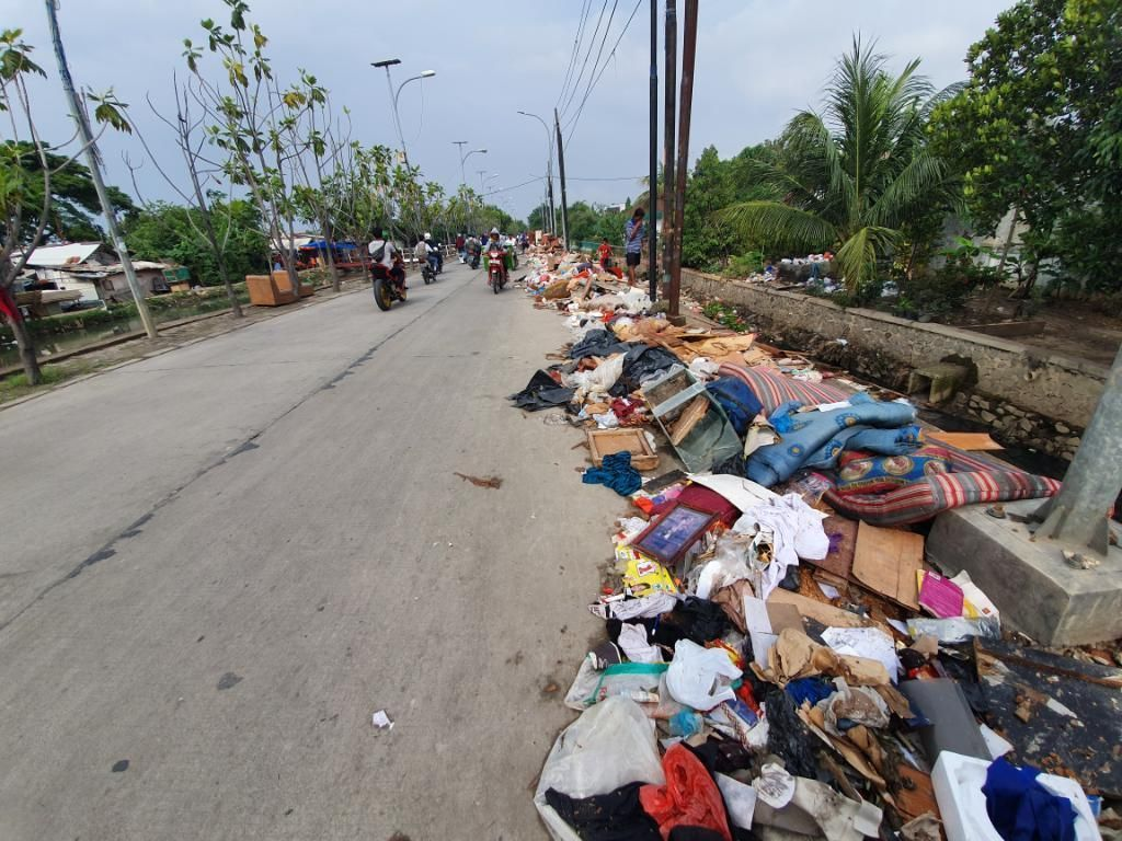 Sampah Sisa Banjir Numpuk di Pinggir Jalan Baru Underpass Bekasi: Kasur-Lemari