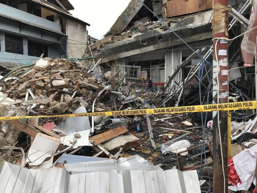 Video Penampakan Puing Gedung Ambruk di Slipi yang Masih Berserakan