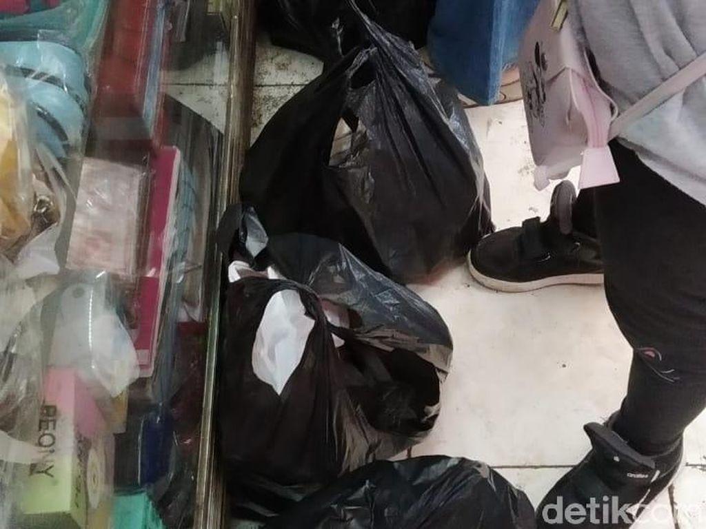 Pembeli di Pasar Minggu Kerepotan Jika Larangan Plastik Kresek Berlaku