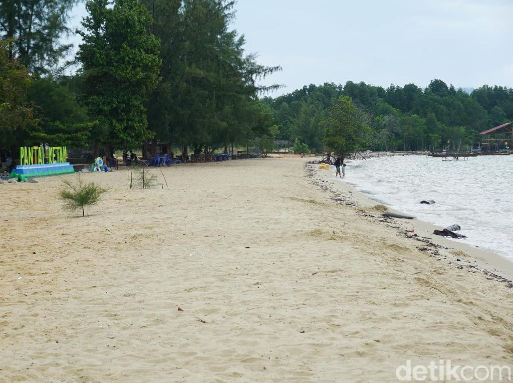 Foto Pantai Segaris dengan Dua Nama