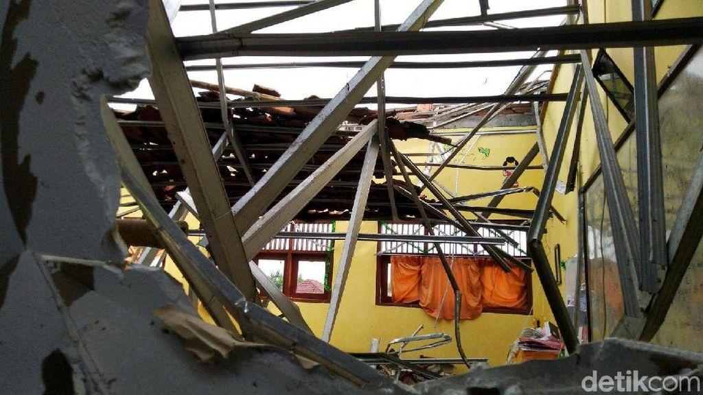 Ngeri! Atap 4 Ruang Kelas di SD Palebon 01 Semarang Roboh