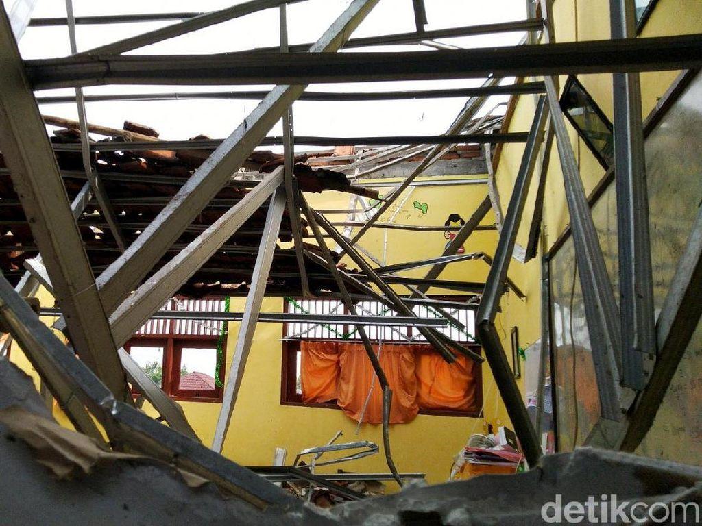 Suara Gemuruh Terdengar Saat Atap SDN Palebon 01 Semarang Roboh