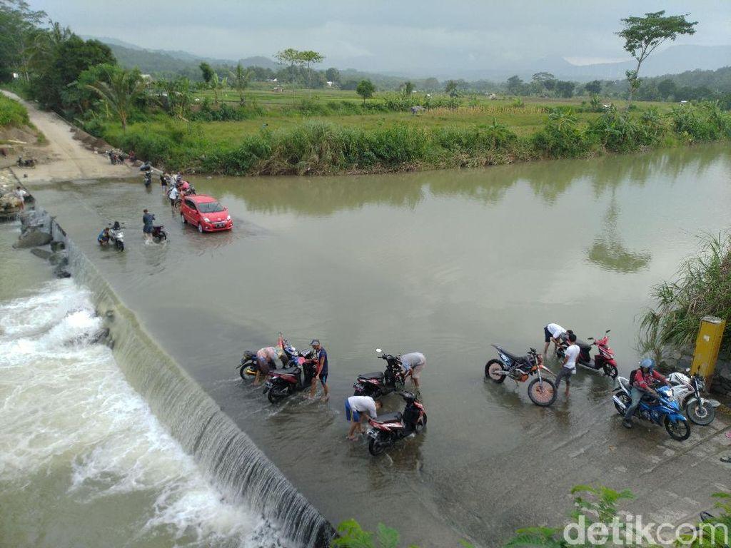 Melihat Jalan Antardesa di Citeureup Bogor yang Selalu Tergenang Air Sungai