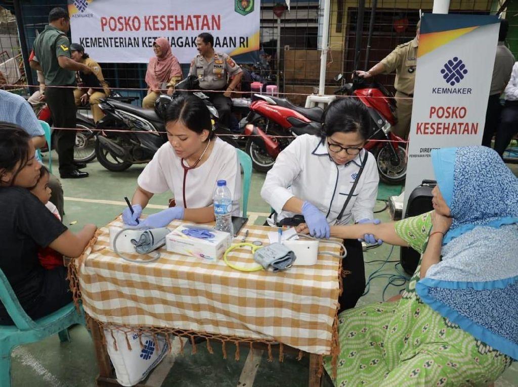 Kemnaker Dirikan Posko Kesehatan bagi Korban Banjir Bukit Duri