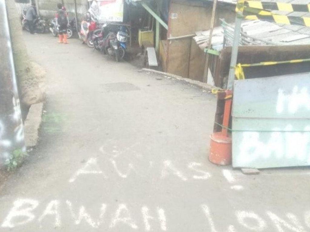 Akses ke Penggilingan Cakung Terputus karena Jalanan Ambles