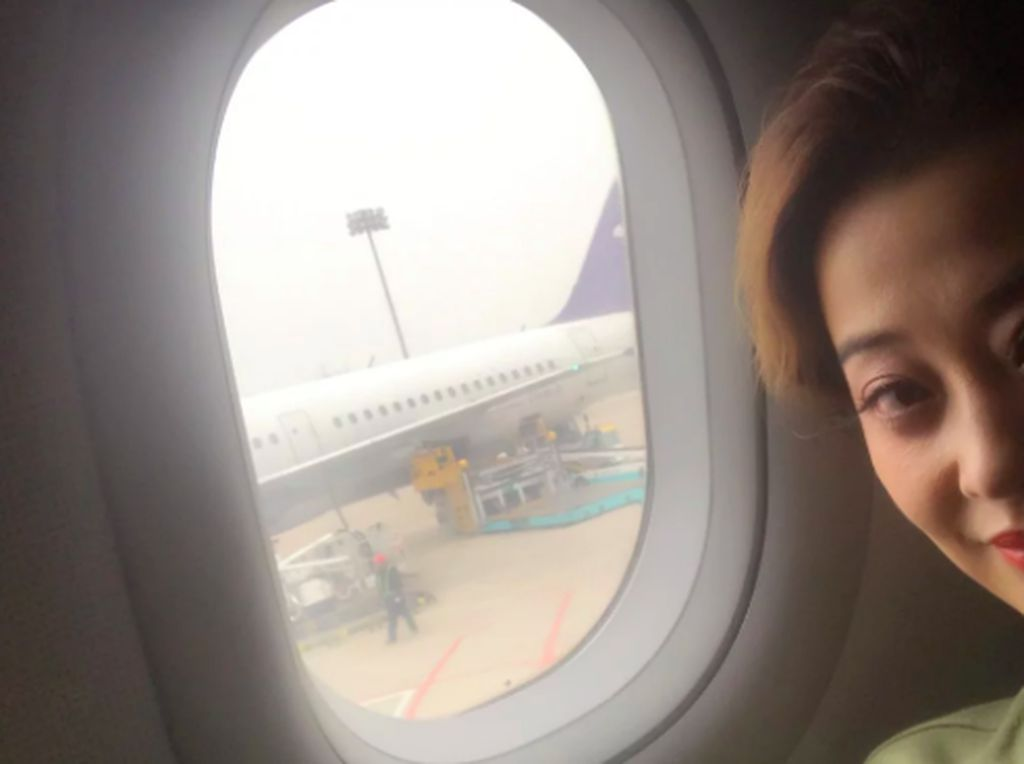 Aksi Kelewat Santuy di Pesawat Bikin Aktris Ini Kena Kritik