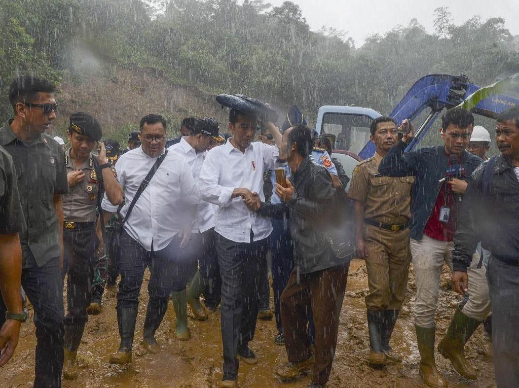 Hujan-hujanan, Jokowi Kunjungi Lokasi Longsor di Sukajaya Bogor