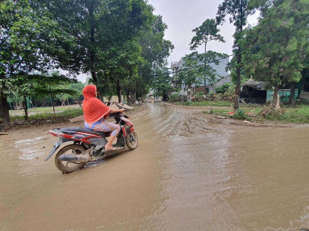 Licin, Jalanan di Kompleks Perumahan Kemang IFI Bekasi Berlumpur Pascabanjir