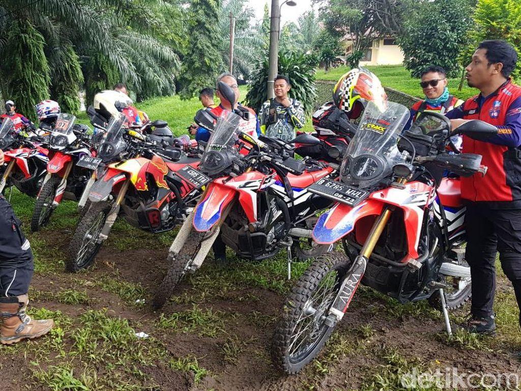 Terabas Desa Terisolir Lokasi Longsor Bogor Pakai Motor Off Road