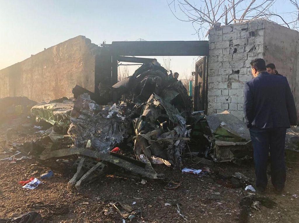 Penampakan Puing-puing Pesawat Ukraina yang Jatuh di Iran