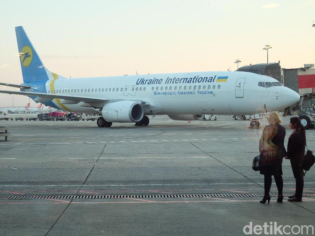 Wanita Ini Duduk di Sayap Pesawat, Mengaku karena Kepanasan