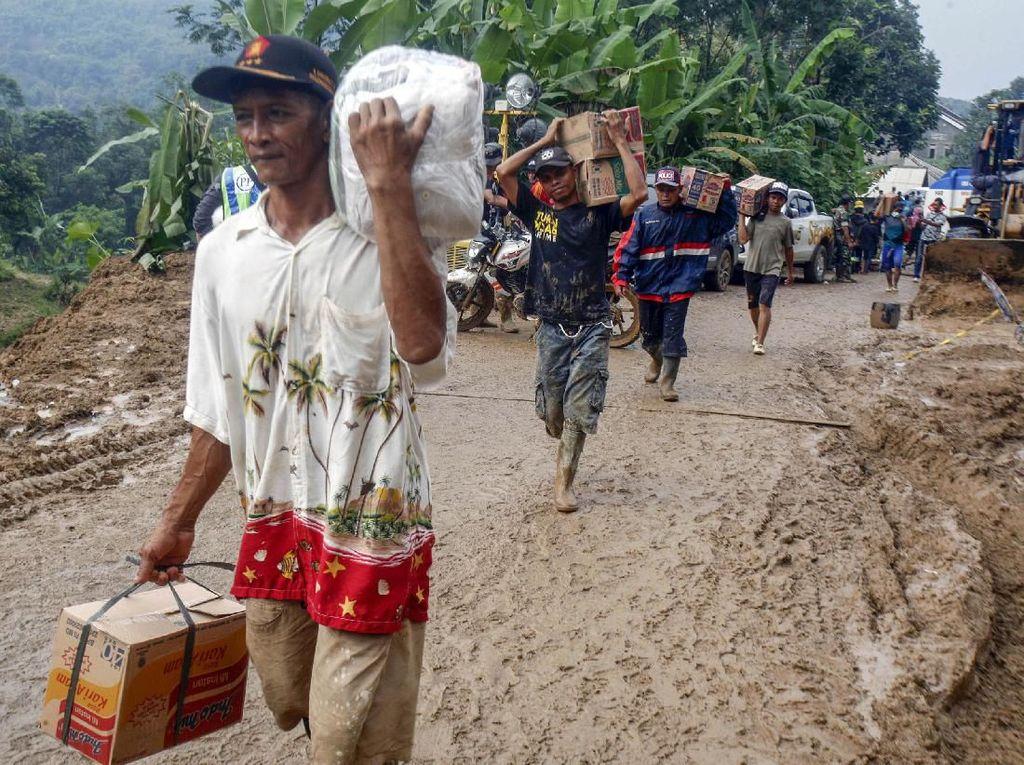 Potret Perjuangan Mendistribusikan Bantuan Korban Longsor Sukajaya