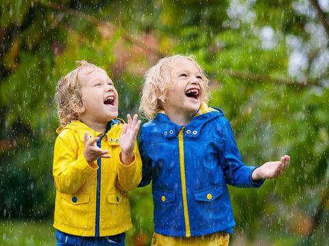Ilustrasi anak-anak mandi hujan