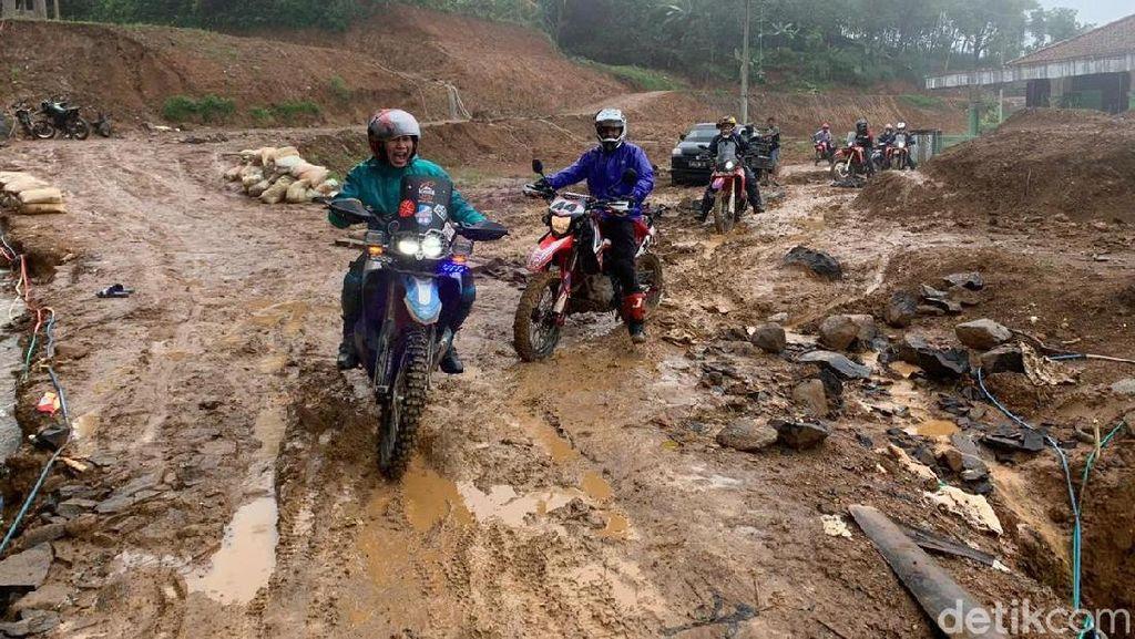 Anak Trail Buka Jalur Tertimbun Longsor Sukajaya Bogor