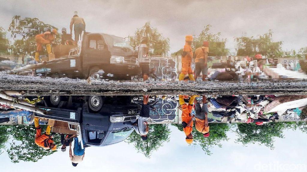 Sampah Sisa Banjir Ibu Kota Membujur di Tepi Jalan