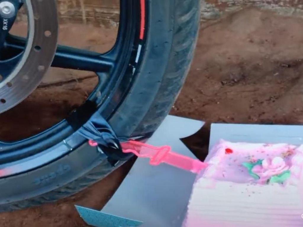 Kocak! Aksi Pria yang Beri Kue Ulang Tahun untuk Motor Kesayangan