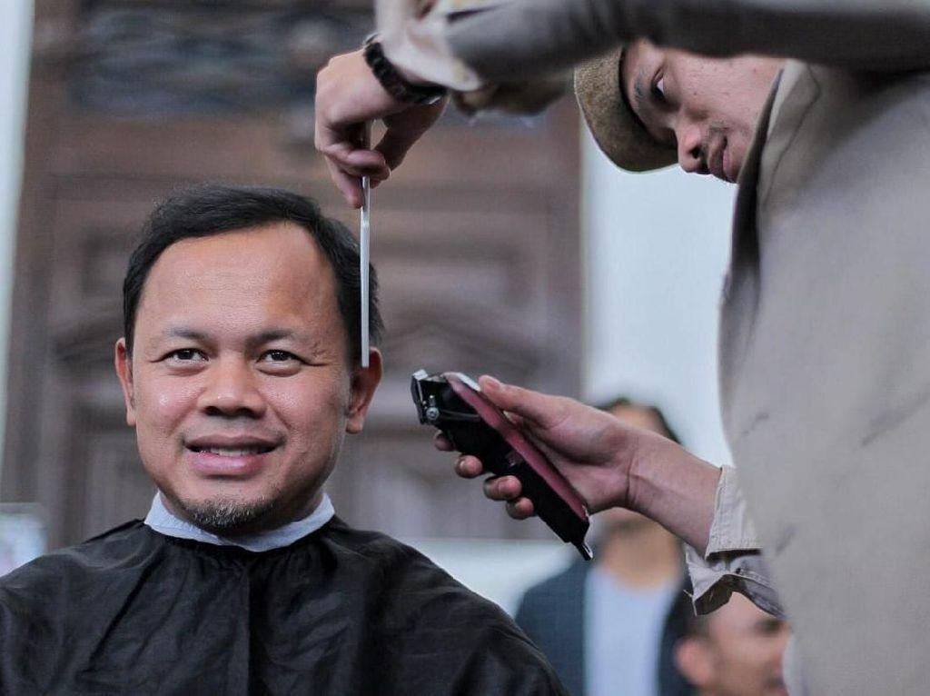 Wali Kota Bogor Cukur Rambut untuk Galang Dana Korban Bencana