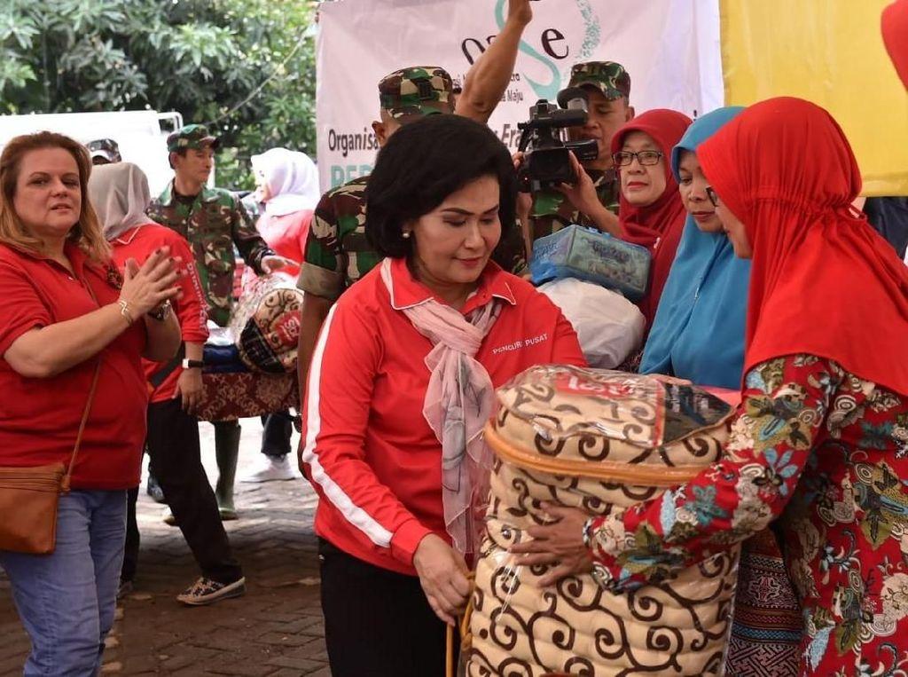 Wakili Iriana Jokowi, Istri Panglima TNI Serahkan Bantuan ke Korban Banjir