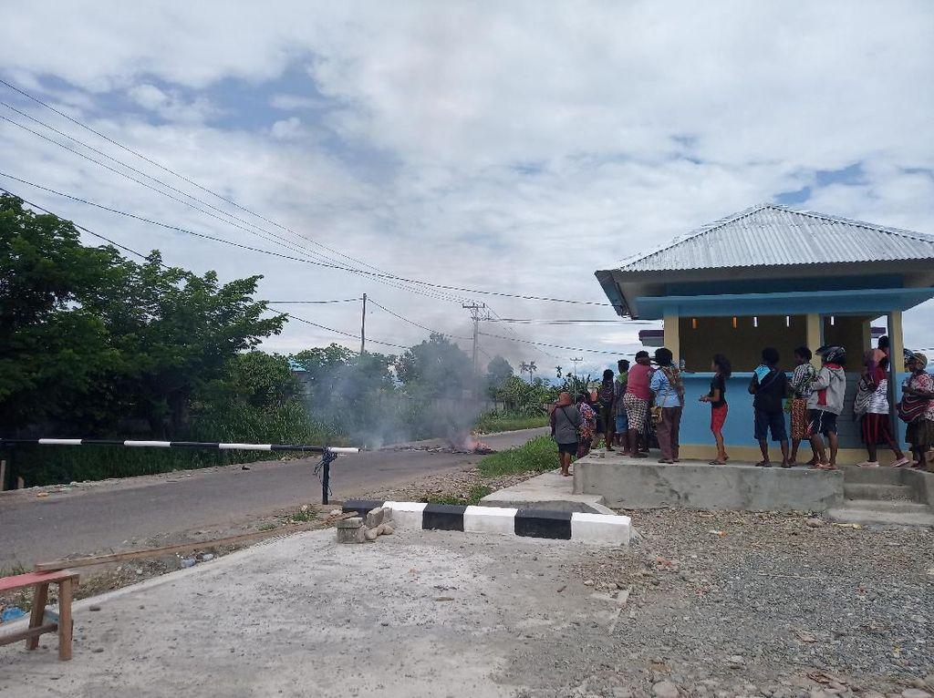 Protes Banyak Pasar Dadakan, Pedagang Blokir Pintu Masuk Pasar Sentral