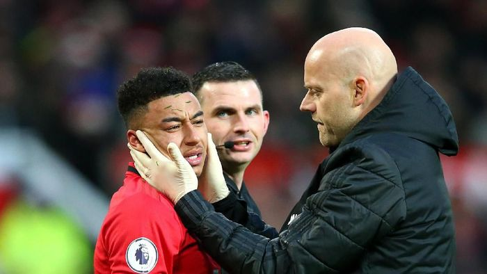 MANCHESTER, ENGLAND - DECEMBER 15: Jesse Lingard of Manchester United receives medical attention during the Premier League match between Manchester United and Everton FC at Old Trafford on December 15, 2019 in Manchester, United Kingdom. (Photo by Alex Livesey/Getty Images)