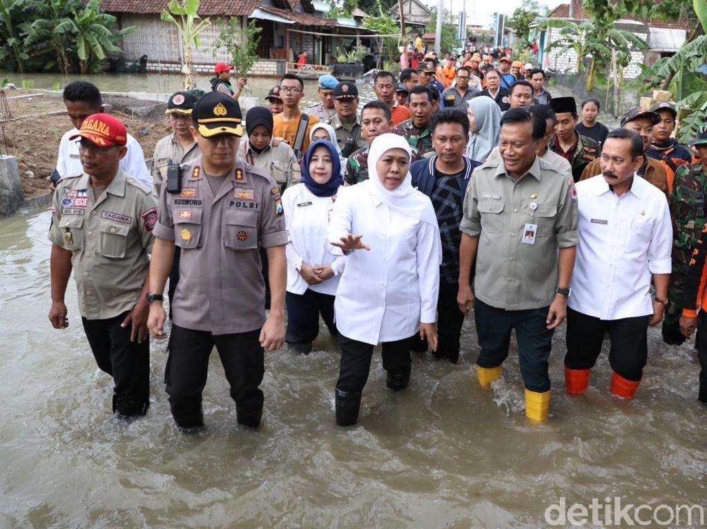 Khofifah Sebut Tanggul Jadi Solusi Atasi Banjir Luapan Kali Lamong