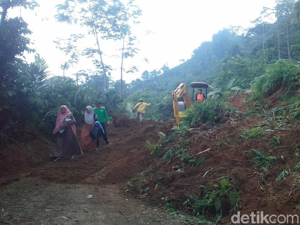 Evakuasi Material Longsor di Jalur Dieng, 3 Alat Berat Dikerahkan