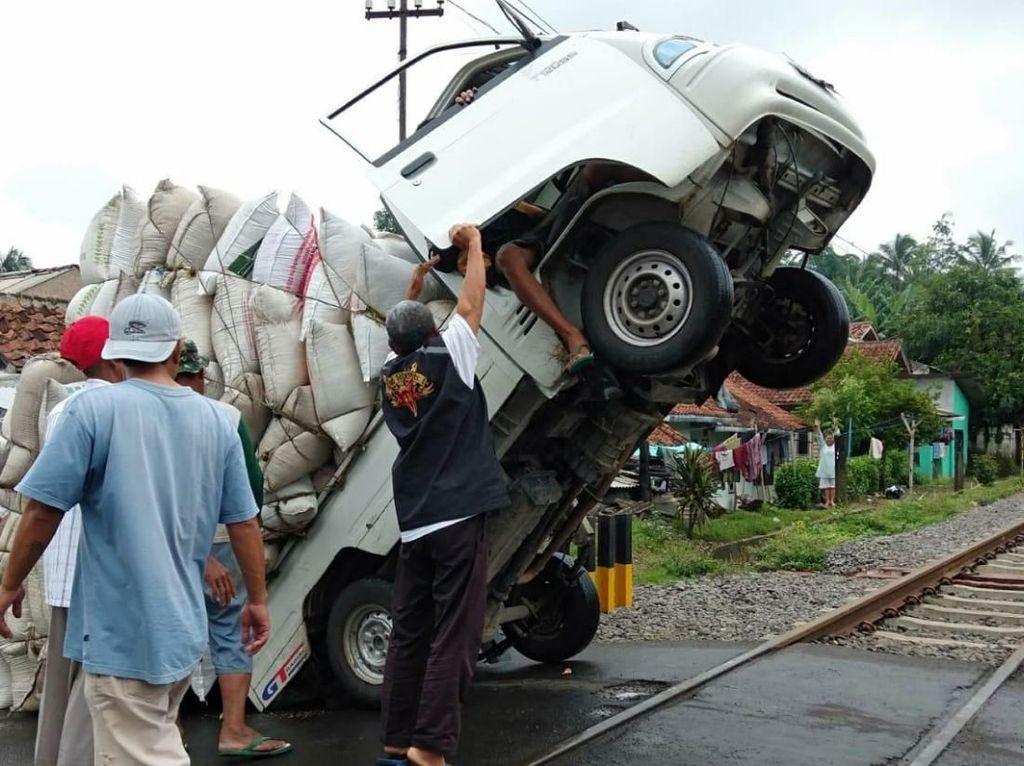 Kelebihan Muatan, Mobil Pikap di Cianjur Standing