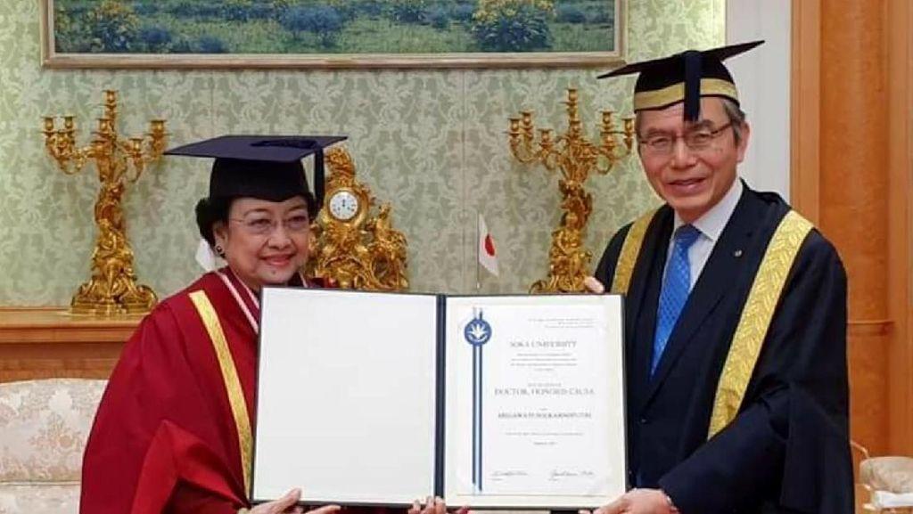 Megawati Raih Gelar Doktor HC Universitas Soka Tokyo