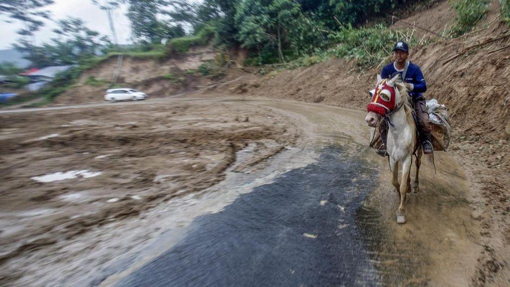Kuda Jadi Sarana Transportasi Logistik Bencana di Sukajaya