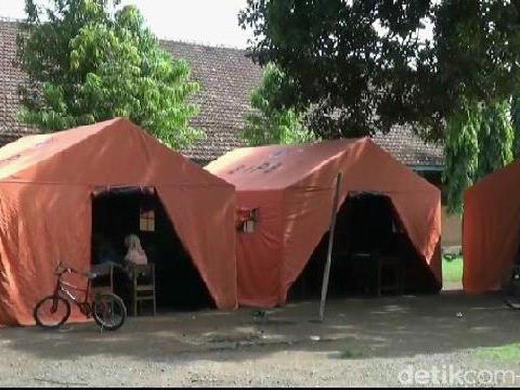 Atap Kelas Ambrol, Siswa SD di Probolinggo Belajar dalam Tenda Darurat