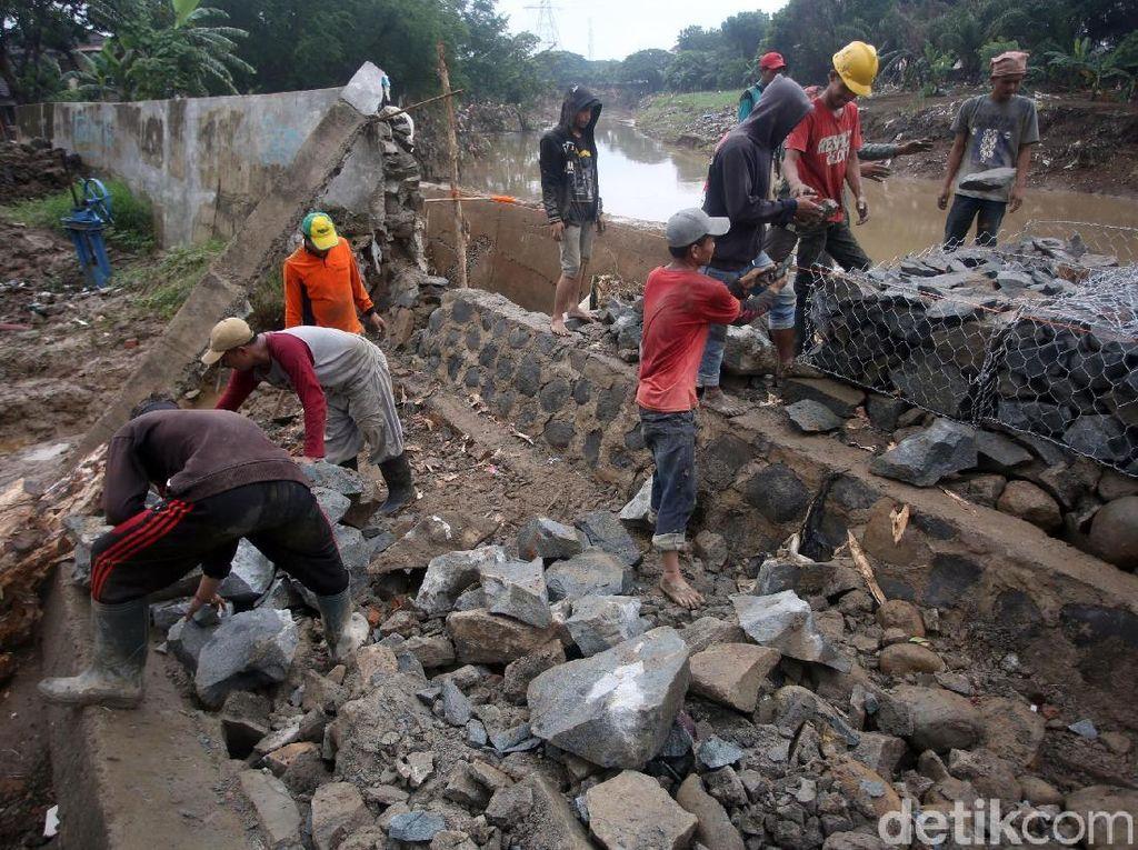 Usai Jebol dan Bikin Banjir, Tanggul Kali Bekasi Diperbaiki