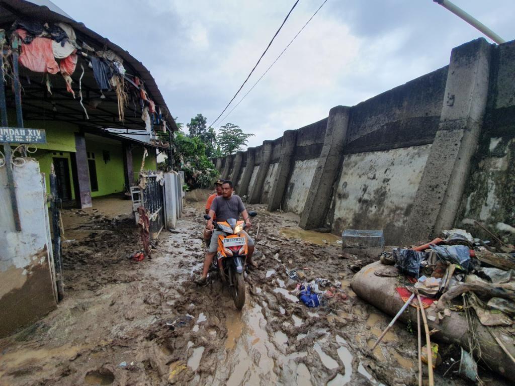 Pondok Gede Permai Usai Banjir: Lumpur Mengendap, Sampah Nyangkut di Genteng