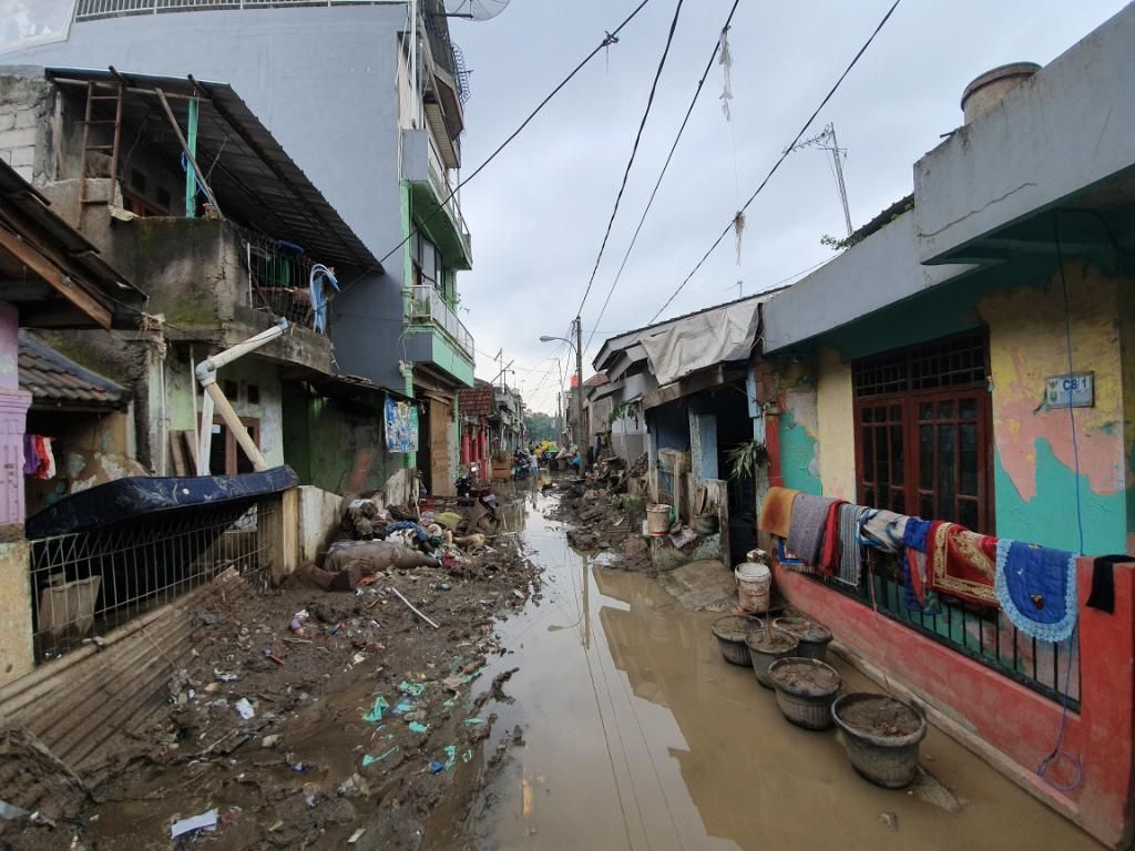 Korban Banjir Pondok Gede Permai Curhat Harga Air Bersih-Genset Naik Drastis