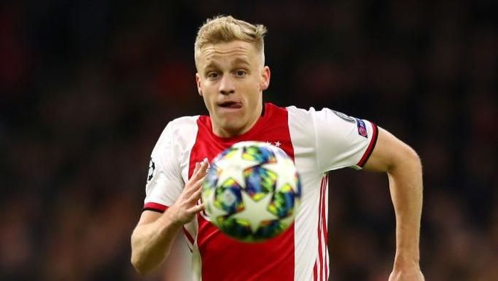 AMSTERDAM, NETHERLANDS - DECEMBER 10: Donny van de Beek of Ajax in action during the UEFA Champions League group H match between AFC Ajax and Valencia CF at Amsterdam Arena on December 10, 2019 in Amsterdam, Netherlands. (Photo by Dean Mouhtaropoulos/Getty Images)