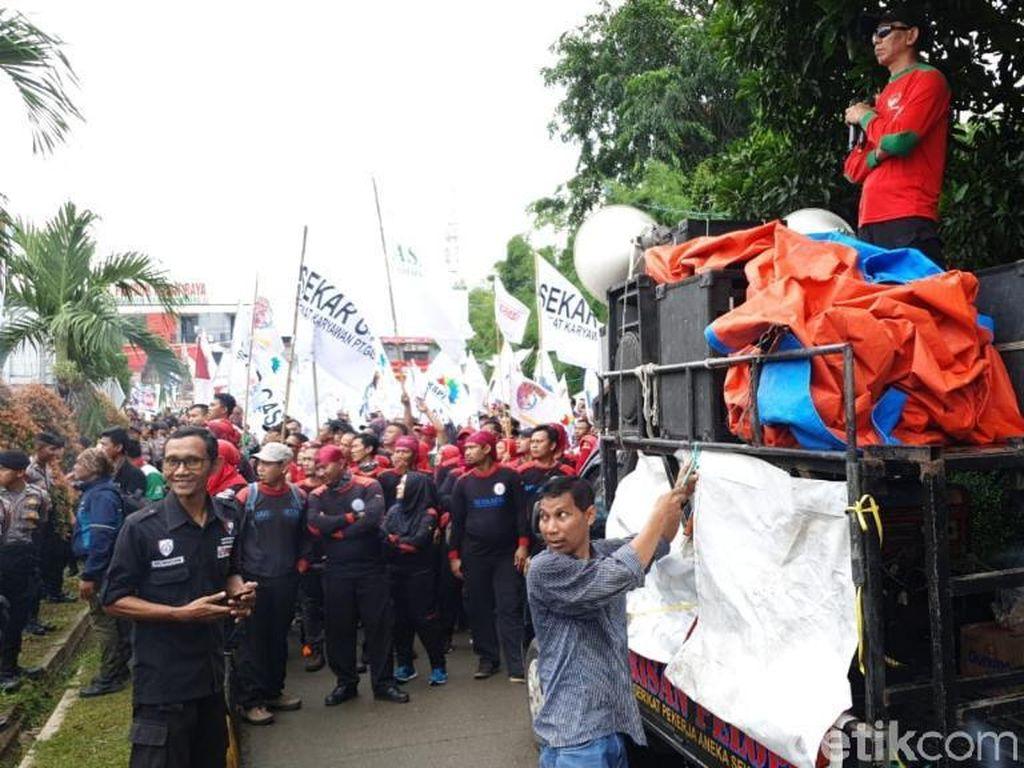Ada Demo, Lalin di Gerbang Tol Jatiasih Macet