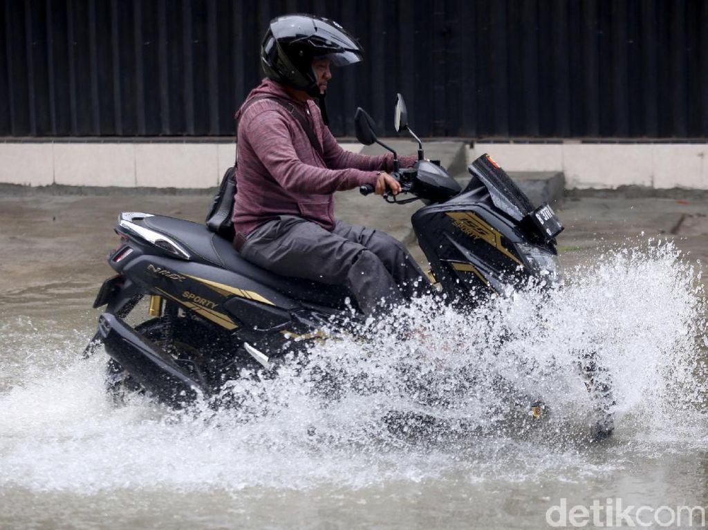 Motor Terendam Banjir, Ini Bahayanya Oli Tercampur Air pada Mesin