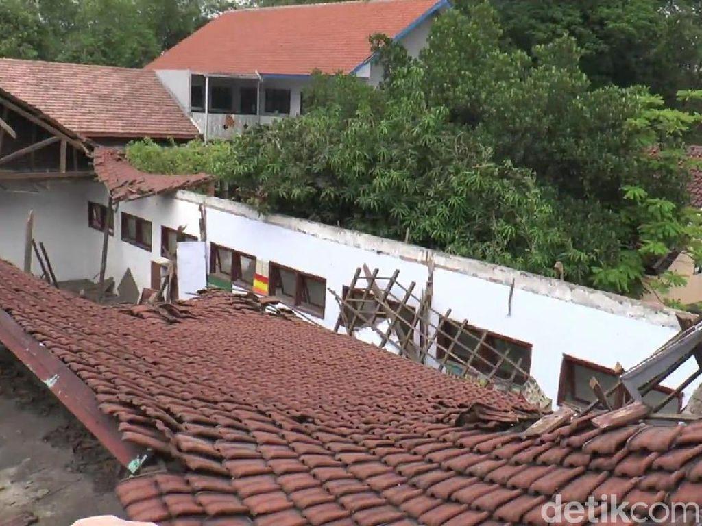 Atap Gedung Sekolah di Pasuruan Ambruk Sebelum Direhab